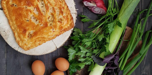 Пирог с яйцом, зеленью, луком и сыром на слоёном тесте
