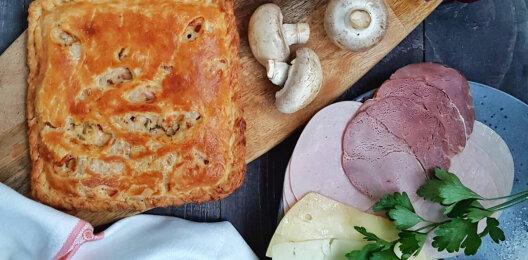 Пирог с ветчиной, грибами, сыром, соусом и зеленью на слоёном тесте