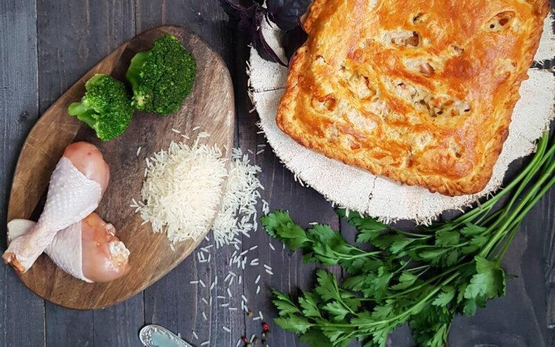Пирог с курицей, брокколи, рисом, сыром, соусом и зеленью на слоёном тесте