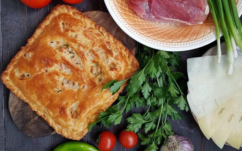 Пирог с говядиной, сыром, соусом и зеленью на слоёном тесте