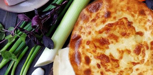 Пирог с лососем, сыром, соусом и зеленью