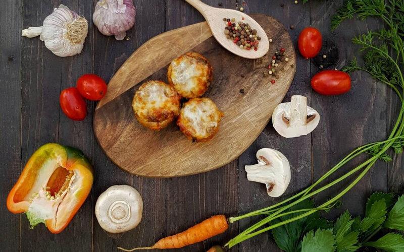 Грибы, фаршированные курицей и сыром