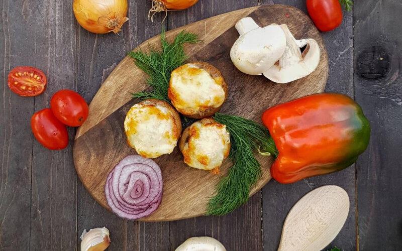 Грибы, фаршированные сыром с соусом «Айоли»
