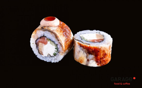 Ролл с угрём, лососем и омлетом