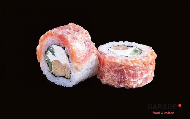 Ролл с острым лососем, тунцом и омлетом «Тамаго»