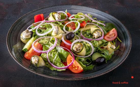 Салат «Греческий» с рулетиками из цукини и сливочногокрема