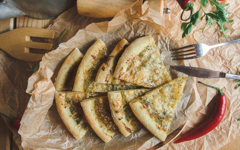 Фокачча, запечённая с соусом «Песто» и сыром «Пармезан»