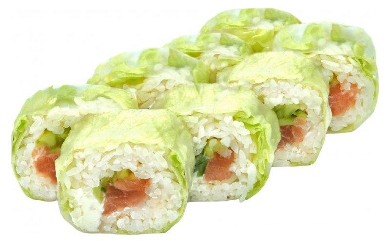 Ролл в рисовой бумаге с лососем и салатом «Айсберг»