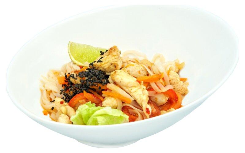 Лапша рисовая с курицей и сладким «Чили» соусом