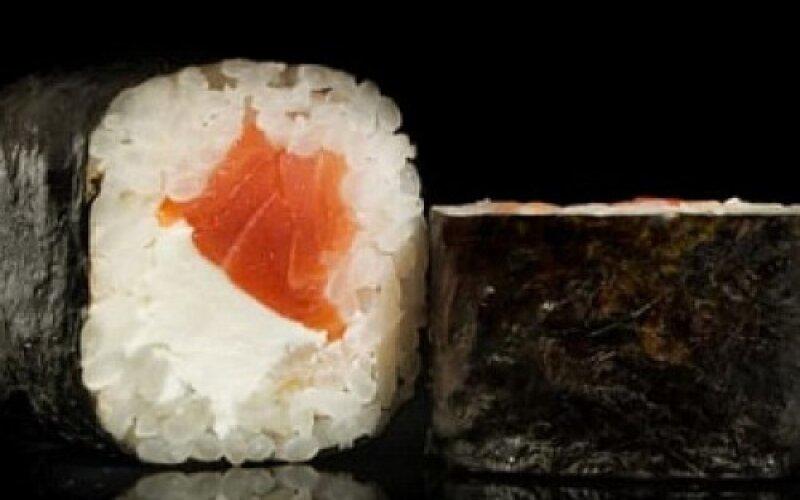 Ролл «Маки с лососем и сыром»