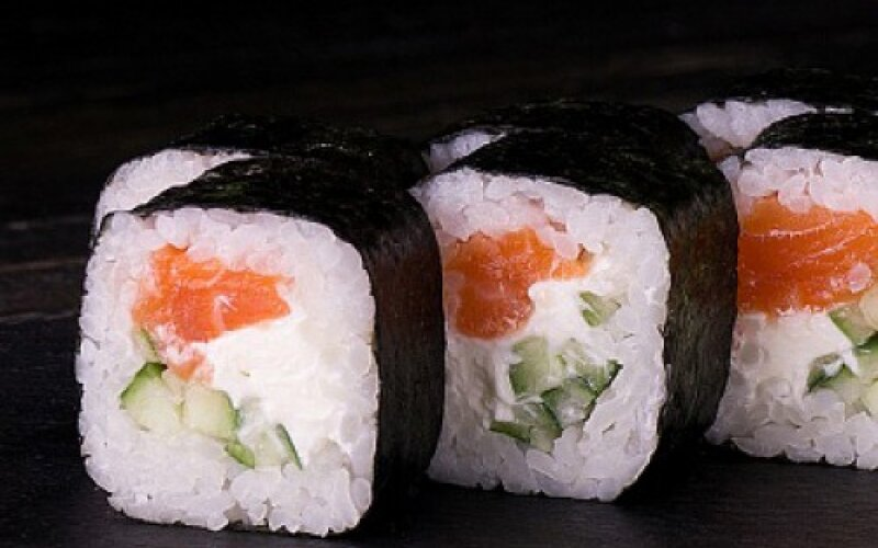Ролл «Маки с лососем и огурцом»