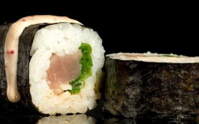Ролл «Маки с тунцом и зелёным луком»
