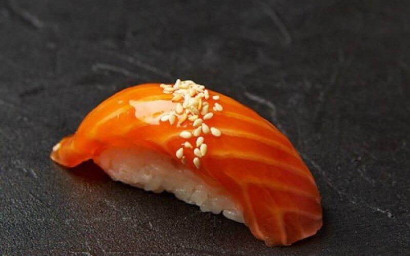 Нигири с копчёным лососем