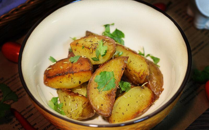 Картофель «По-деревенски» с розмарином и зеленью