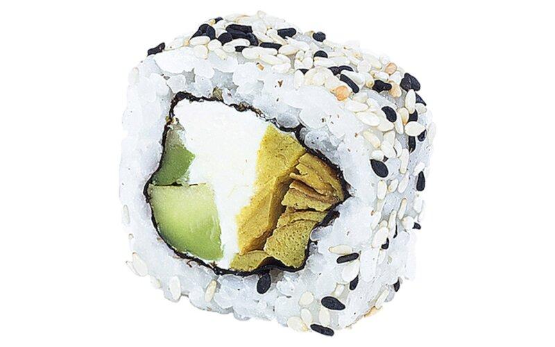 Ролл с японским омлетом и кунжутом