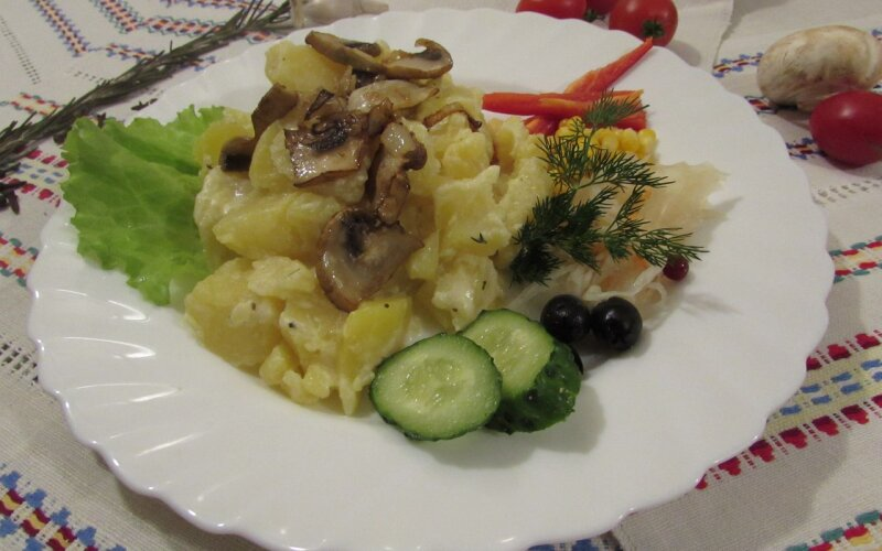 «Картопля», томлёная на молоке с жареным луком и грибами