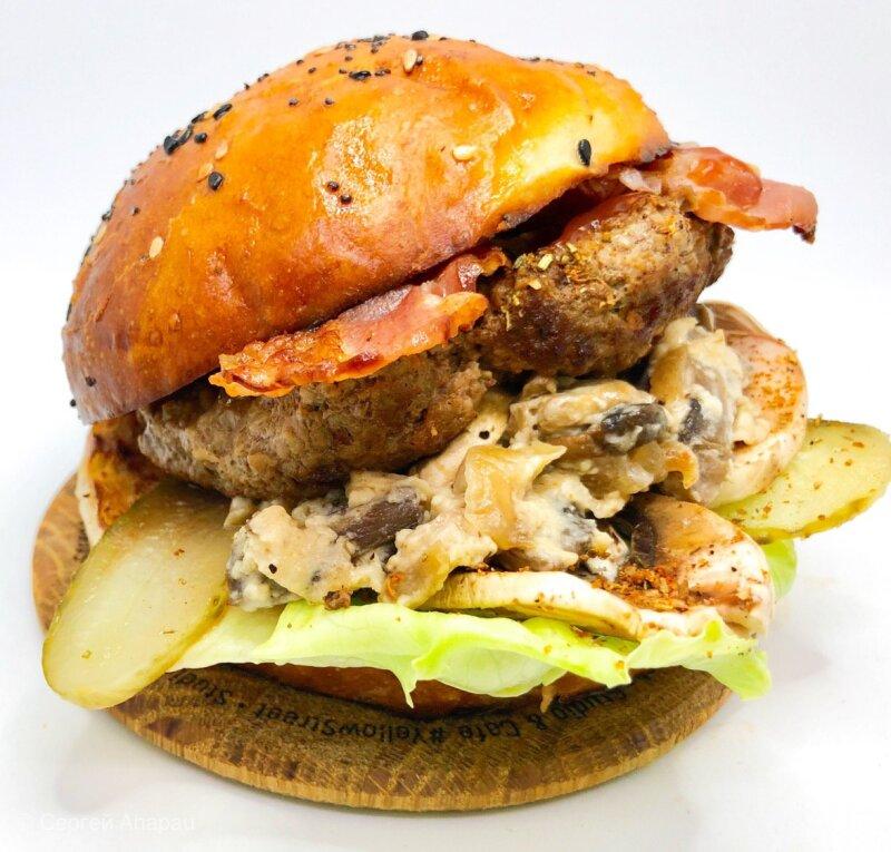 Бургер с котлетой из говядины и жареными грибами