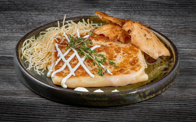 Блинчик с филе цыплёнка, майонезом и сыром