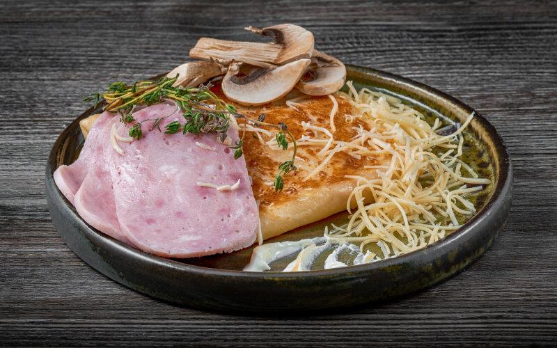 Блинчик с ветчиной, сыром и грибами консервированными