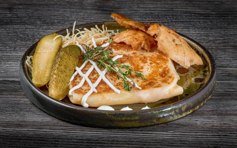 Блинчик с филе цыплёнка, майонезом, огурцами маринованными и сыром
