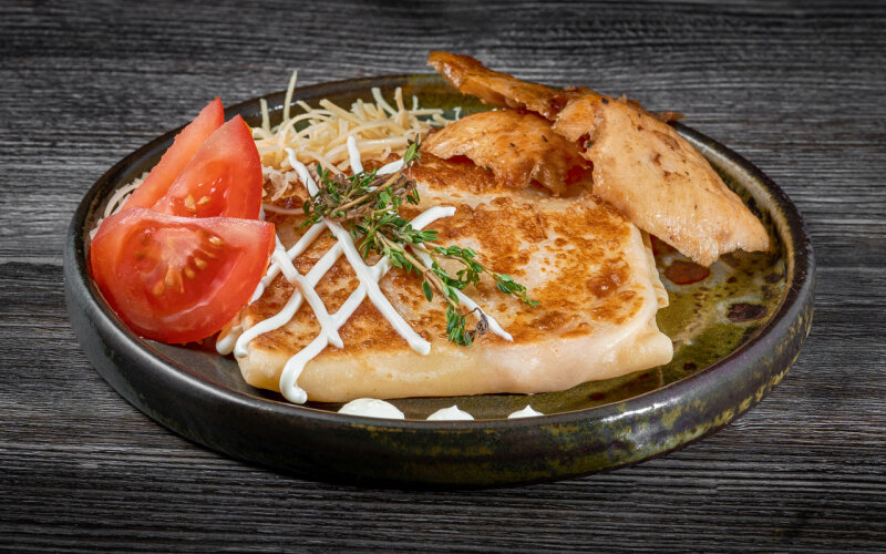 Блинчик с филе цыплёнка, майонезом, помидорами и сыром