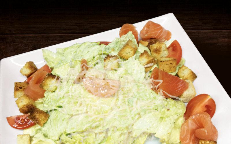 Салат «Цезарь» с лососем