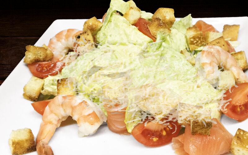 Салат «Цезарь» с лососем и креветкой
