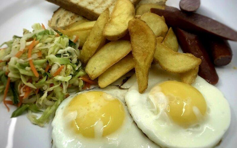 Классический завтрак с колбасой