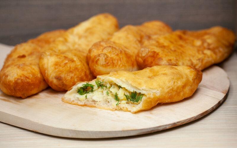 Пирожок с картофелем и сыром