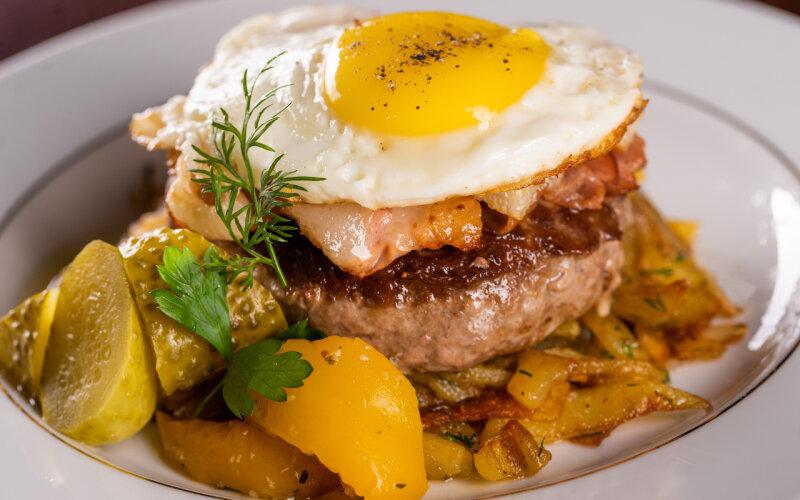 Рубленый бифштекс с яичницей-глазуньей и жареным картофелем