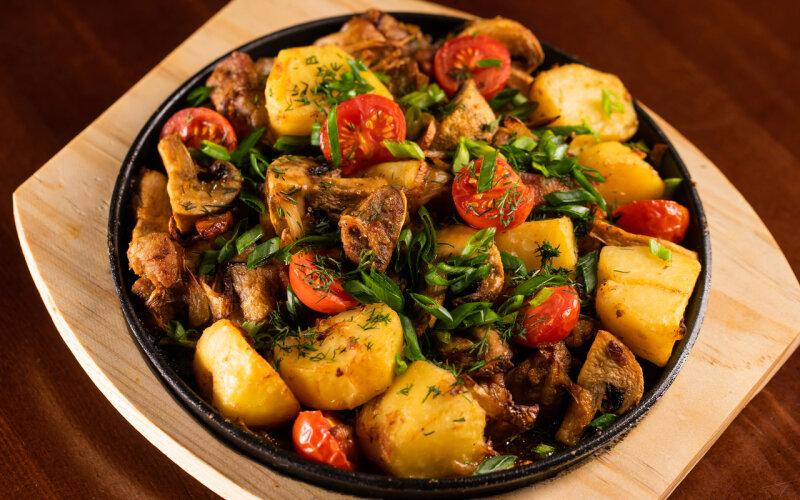 Сковородка со свининой и овощами