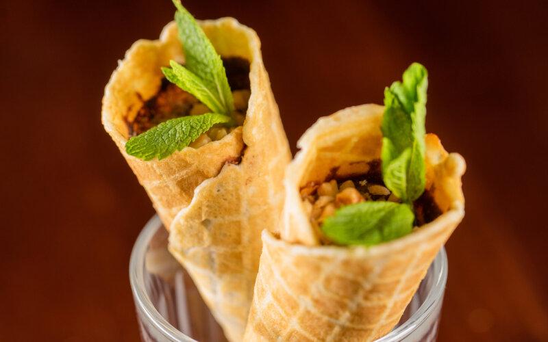 Вафельный рожок с варёной сгущёнкой и орешками