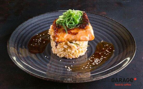 Стейк из лосося с кокосовым рисом и кунжутом