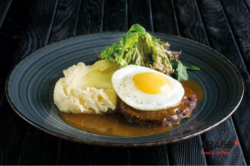 Бифштекс с яйцом и картофельнымпюре
