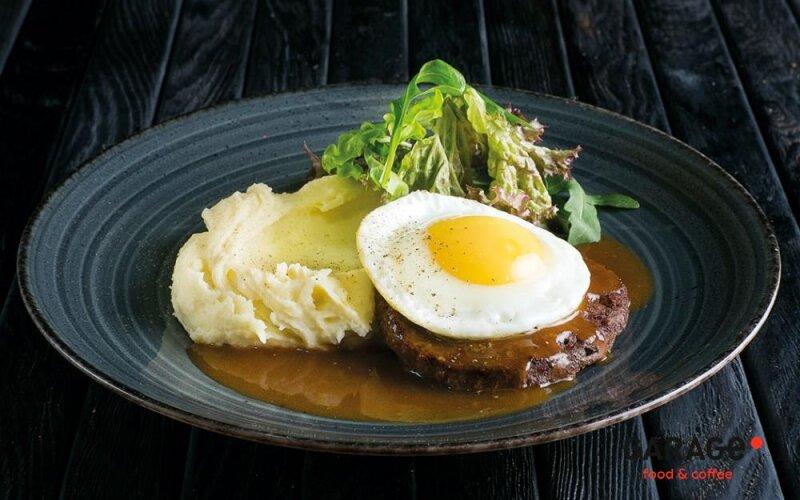 Бифштекс с яйцом и картофельным пюре