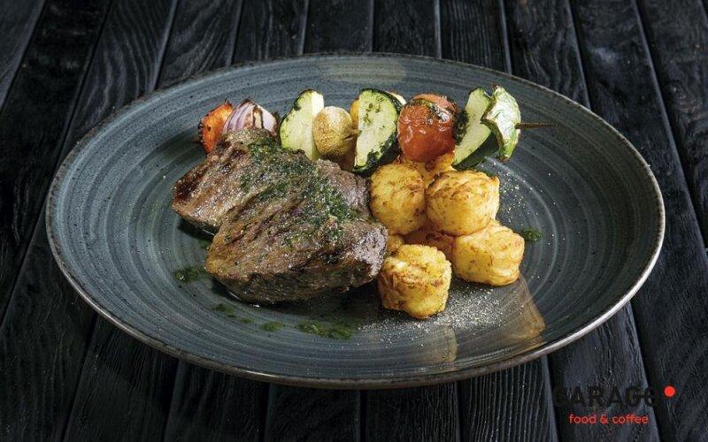 Говядина с картофельными крокетами и овощами гриль