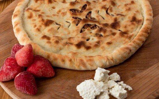Осетинский пирог с творогом и клубникой