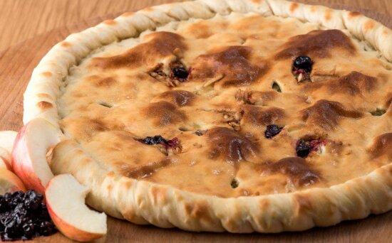 Осетинский пирог с яблоком и черникой