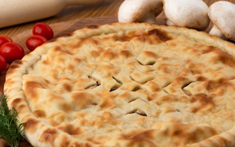 Осетинский пирог с курицей,  помидорами и жареными грибами
