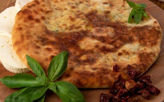 Осетинский пирог с сыром и вялеными помидорами