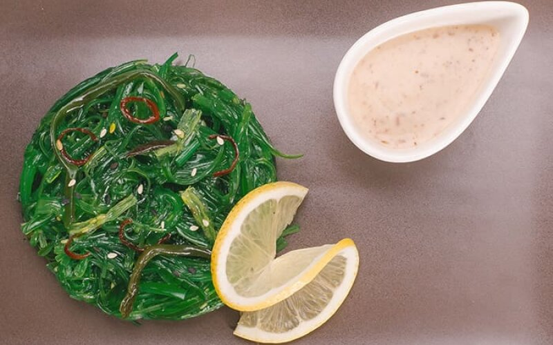 Чука-салат с ореховой заправкой
