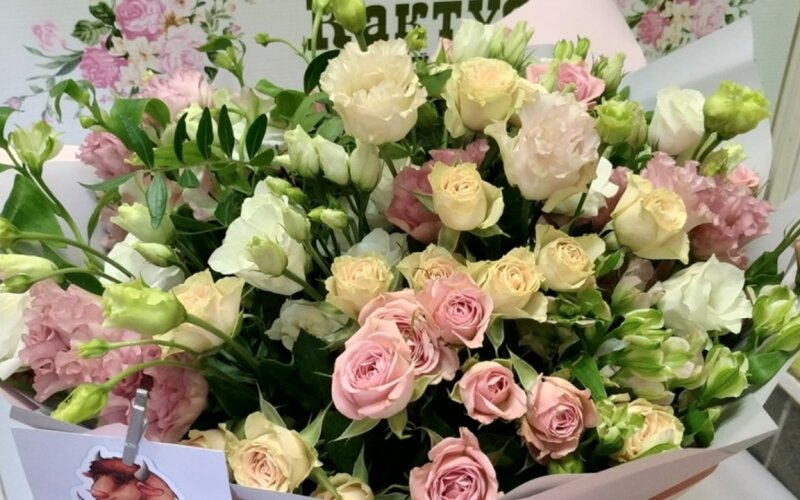 Букет «Воздушный» из кустовых роз и эустомы