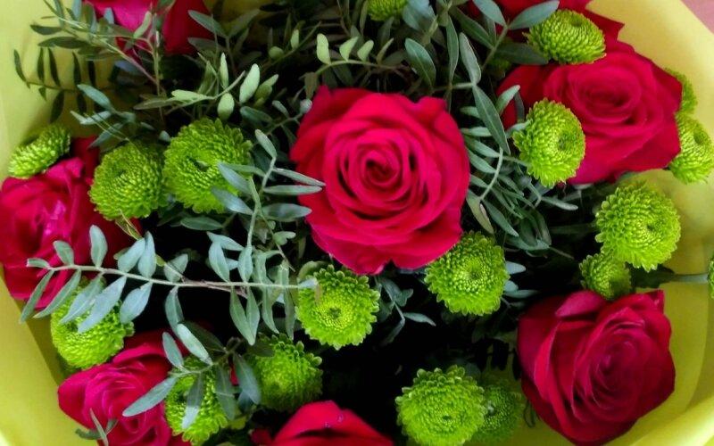 Букет «Страсть» из красных роз и зелени