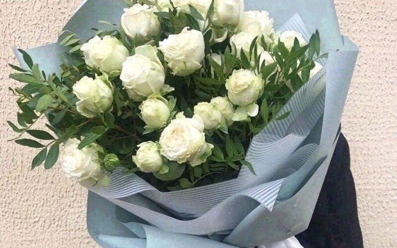 Букет из пионовидных белых роз с зеленью