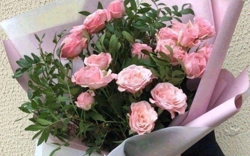 Букет из пионовидных розовых роз с зеленью