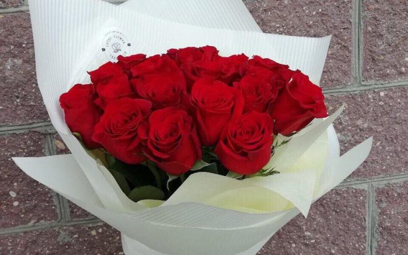 Букет из 25 красных роз в оформлении