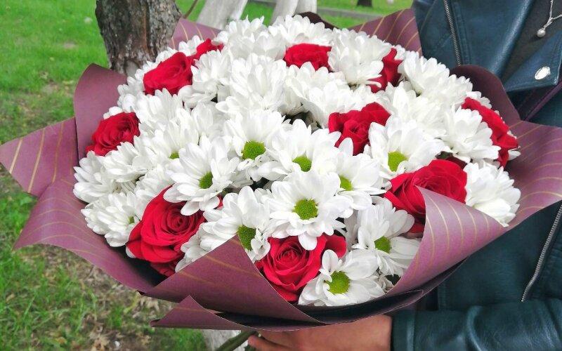Букет из хризантем «Бакарди» и красных роз