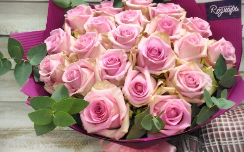 Букет «Розы с зеленью»