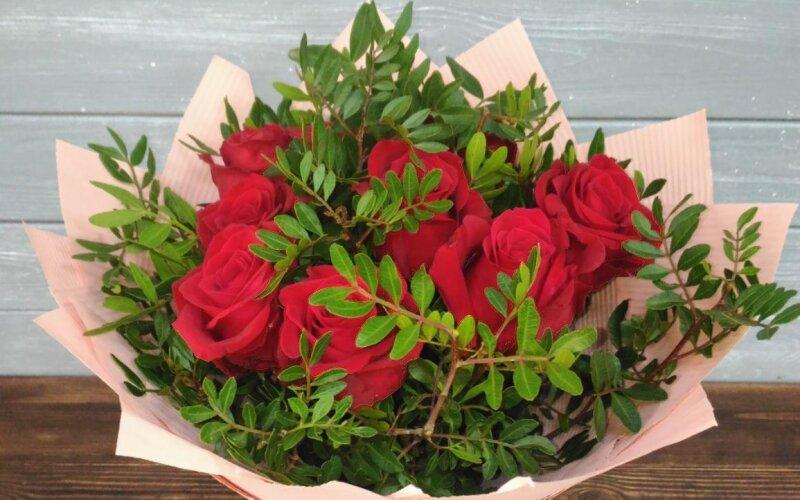Букет «9 роз с зеленью»