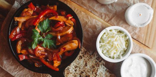 Фахита с куриным филе, перцем и томатной пастой